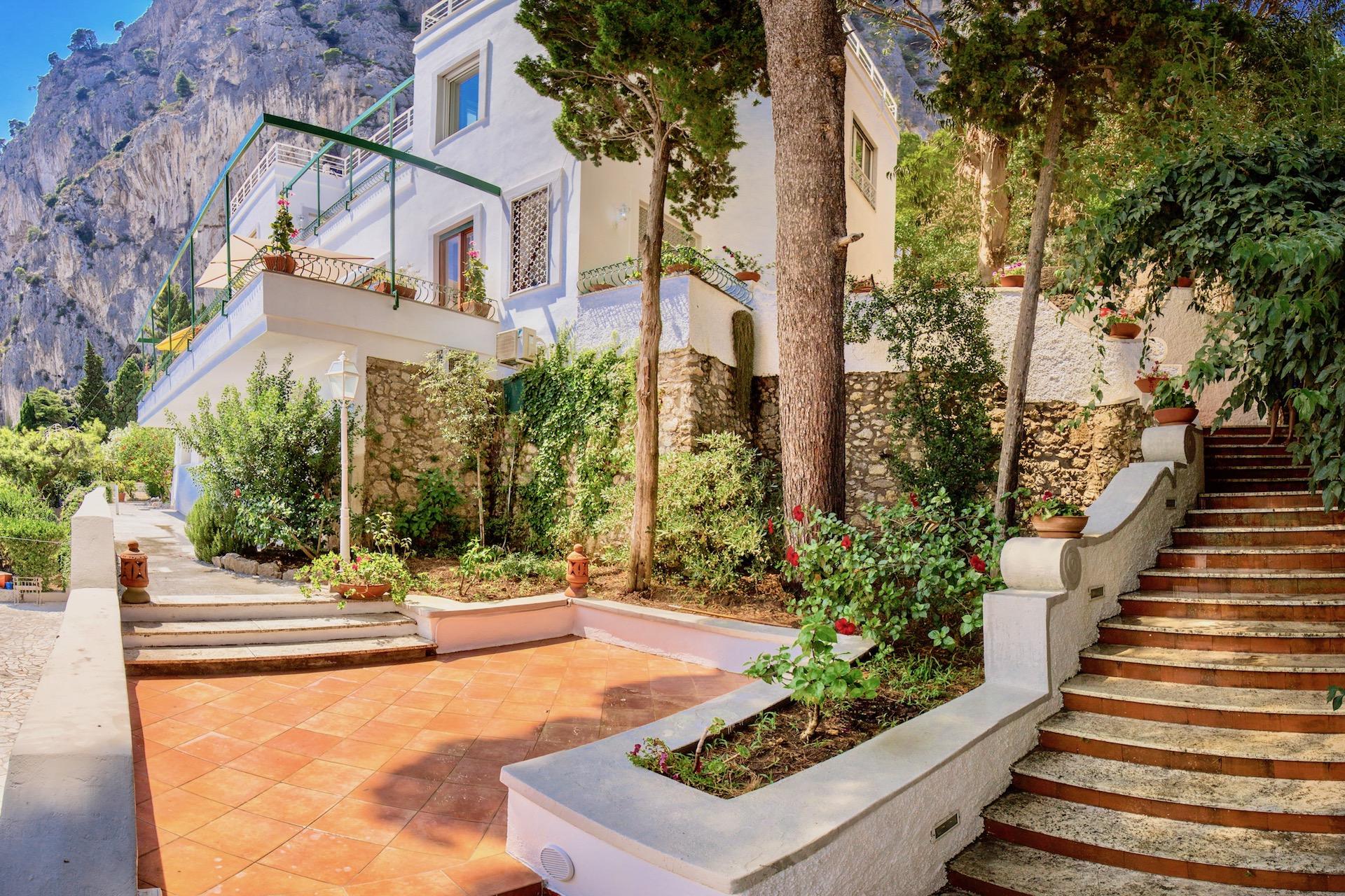 Capri 106